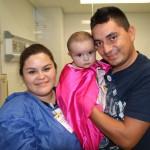 Dania, héroe de corazón de 8 meses de edad, con sus papás antes de su cirugía